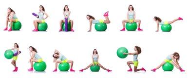 A jovem mulher com bola que exercita no branco Fotografia de Stock
