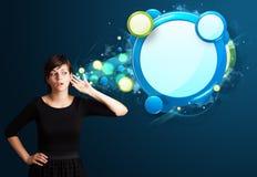 Jovem mulher com bolha moderna abstrata do discurso Fotos de Stock