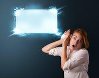 Jovem mulher com bolha moderna abstrata do discurso Fotografia de Stock