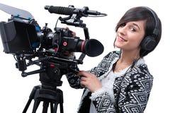 Jovem mulher com câmara de vídeo profissional, dslr, em branco fotos de stock royalty free