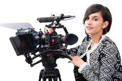 Jovem mulher com câmara de vídeo profissional, SLR, em branco fotografia de stock