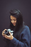 Jovem mulher com a câmera do analógico do vintage Foto de Stock Royalty Free