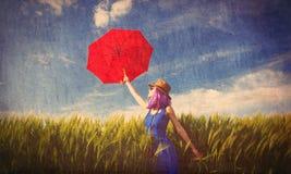 Jovem mulher com câmera e guarda-chuva Imagem de Stock