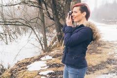 Jovem mulher com a câmera na natureza Fotos de Stock Royalty Free