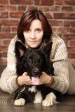 Jovem mulher com cão fotos de stock royalty free