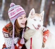 Jovem mulher com cão Fotografia de Stock