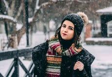 Jovem mulher com cabelo preto no tempo de inverno imagem de stock