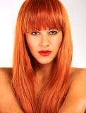 Jovem mulher com cabelo vermelho e os olhos verdes Fotos de Stock