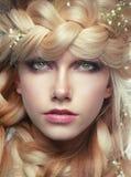 Jovem mulher com cacho e flores imagens de stock