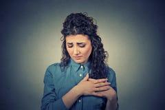 Jovem mulher com a caixa tocante da dor do peito Fotos de Stock Royalty Free