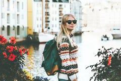Jovem mulher com caminhada sightseeing da trouxa foto de stock