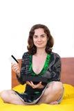 Jovem mulher com cartão e tabuleta de crédito Foto de Stock Royalty Free