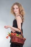 Jovem mulher com a cesta das flores foto de stock royalty free