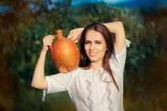 Jovem mulher com Clay Pitcher Foto de Stock Royalty Free