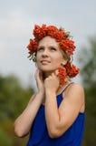 Jovem mulher com coroa de Rowan Foto de Stock