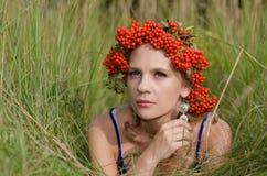 Jovem mulher com coroa de Rowan Imagens de Stock