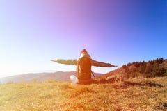 Jovem mulher com curso da trouxa nas montanhas Fotos de Stock