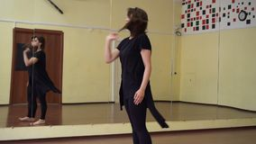 Jovem mulher com dança profissionalmente moderna da dança no salão de dança video estoque