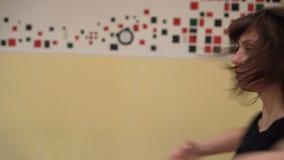 Jovem mulher com dança profissionalmente moderna da dança no salão de dança filme