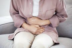 Jovem mulher com dor de estômago foto de stock