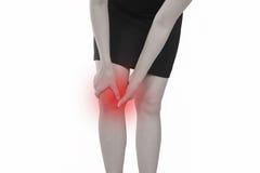 Jovem mulher com dor do joelho isolada no fundo branco fotografia de stock
