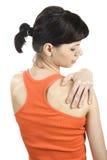 Jovem mulher com dor do ombro. Imagens de Stock Royalty Free