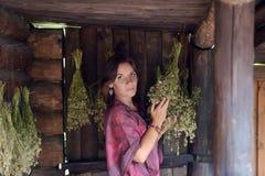 Jovem mulher com ervas secadas foto de stock