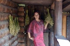 Jovem mulher com ervas secadas fotografia de stock