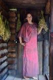 Jovem mulher com ervas secadas imagens de stock