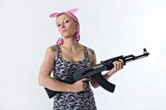 Jovem mulher com espingarda automática Fotografia de Stock