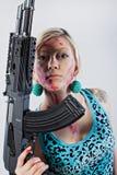 Jovem mulher com espingarda automática Fotografia de Stock Royalty Free