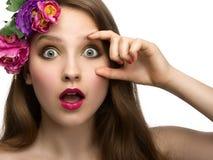 Jovem mulher com expressão surpreendida imagens de stock