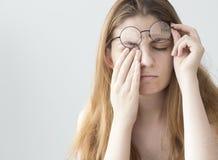 Jovem mulher com fadiga do olho fotos de stock