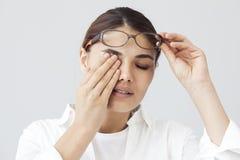 Jovem mulher com fadiga do olho foto de stock