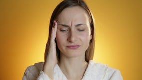 Jovem mulher com fim da dor de cabeça acima filme