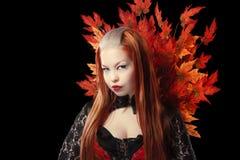 Jovem mulher com folhas de bordo do outono Fotografia de Stock