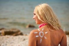 Jovem mulher com forma do sol no ombro que relaxa no beac fotos de stock royalty free