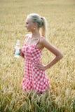 Jovem mulher com a garrafa da água Imagens de Stock