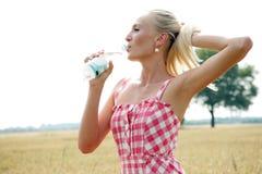 Jovem mulher com a garrafa da água Fotos de Stock Royalty Free