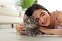Jovem mulher com gato bonito em casa animal de estima??o e propriet?rio foto de stock royalty free