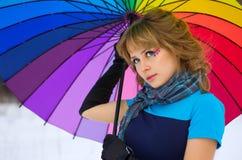 Jovem mulher com guarda-chuva multicolorido Imagens de Stock Royalty Free