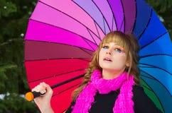 Jovem mulher com guarda-chuva multicolorido Fotografia de Stock Royalty Free