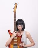 Jovem mulher com guitarra elétrica Fotos de Stock