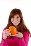 Jovem mulher com laranja fotos de stock royalty free