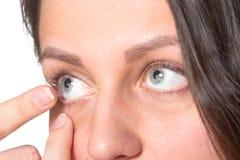 Jovem mulher com lentes de contato Fotos de Stock Royalty Free