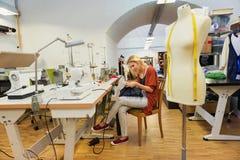 Jovem mulher com máquina de costura Foto de Stock