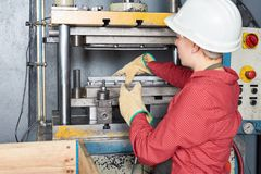 Jovem mulher com máquina metalúrgica imagem de stock royalty free