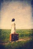 Jovem mulher com mala de viagem Fotos de Stock