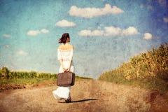 Jovem mulher com mala de viagem Foto de Stock