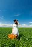 Jovem mulher com mala de viagem e binocular Fotos de Stock